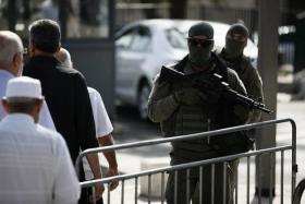 شرطة الاحتلال تعتقل مواطن بحوزته سكين على حاجز قلنديا