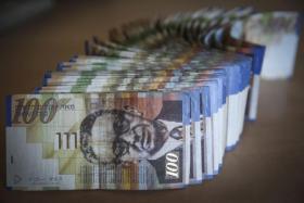 الاحتلال ينوي اقتطاع مبالغ مالية ضخمة من عائدات الضرائب الفلسطينية