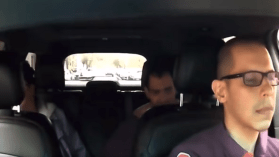 شاهد  من المقعد الخلفي.. راكب يهاجم بوحشية سائق تاكسي!
