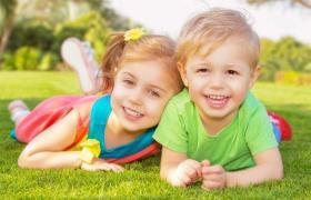 3 طرق لتجعلي أطفالك يتعاملون معاً بلطف