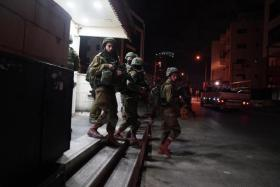مداهمات واعتقالات بالضفة تطال 22 مواطناً