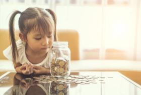 كيف تعلمين طفلك الحفاظ على المال؟