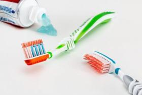 فرشاة الأسنان بيئة خصبة للبكتيريا.. انتبهوا!