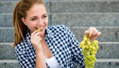 روسية تدعو إلى الحذر عند شراء العنب
