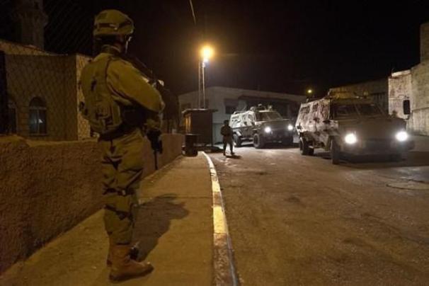 حملة اعتقالات ومداهمات واسعة في مدن الضفة الغربية