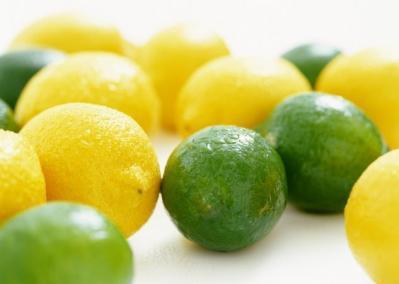 تخزين الليمون الأخضر بطريقة خارج الفريزر بنفس اللون والطعم (فيديو)