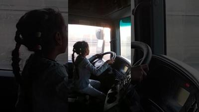 """والد طفلة قيادة الشاحنة: """"الفيديو المنتشر من 4 سنوات وهي بتحب تساعدني"""""""