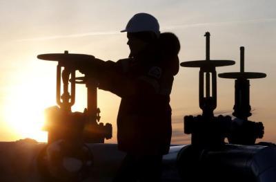 أسعار النفط تهبط مع تجدد مخاوف الطلب بفعل سلالة جديدة من فيروس (كورونا)