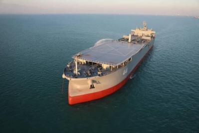شاهد.. الجيش الإيراني يعرض أكبر سفينة عسكرية في تاريخه