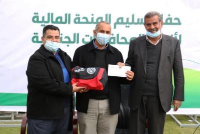 غزة.. تسليم منحة مالية بـ 50 ألف دولار لأندية الدرجة الثانية
