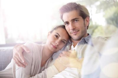 كيف أثير انتباه زوجي الدائم الانشغال؟