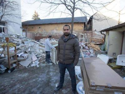 لاجئ يشتري منزلاً احتضنه لدى وصوله أوروبا.. ويخصصه للمهاجرين