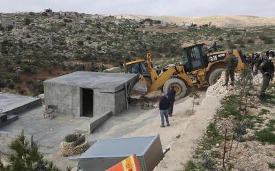 مستوطنون يجرفون أراضي زراعية في مسافر يطا جنوب الخليل