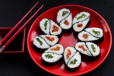 دراسة: تناول الطعام في أطباق حمراء يخفض الوزن