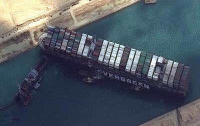 """سفينة قناة السويس العالقة.. محاولة جديدة """"قبل تفريغ الحمولة"""""""