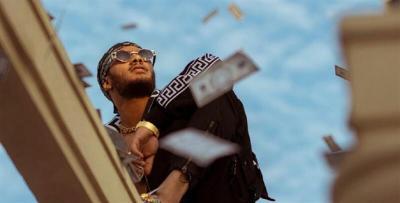 حقيقة الدولارات التي ألقاها محمد رمضان في الفيديوهات (شاهد)