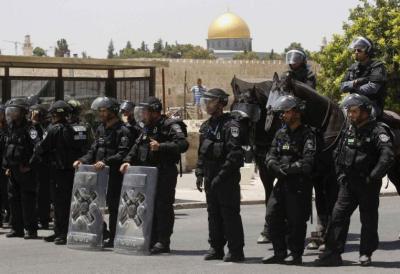 الاحتلال يواصل منع الفلسطينيين التواجد في باب العمود