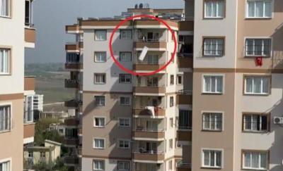 مواطن تركي يرمي كل أغراض منزله من الشرفة والسبب