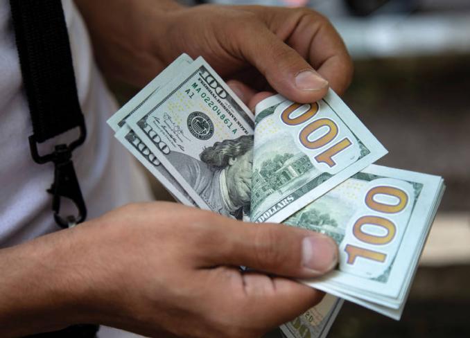 لبنان على حافة الهاوية.. تحذيرات من انتهاء آخر دولار في البنك المركزي