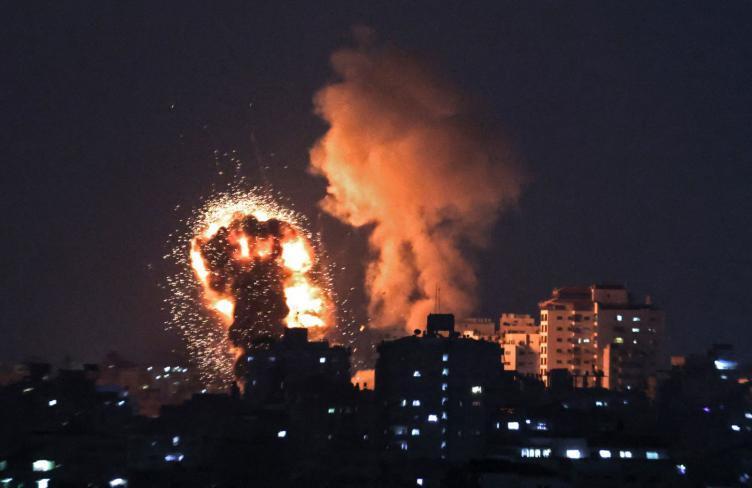 البيت الأبيض يتحدث عن جهود التهدئة وسط استمرار قصف إسرائيلي على غزة