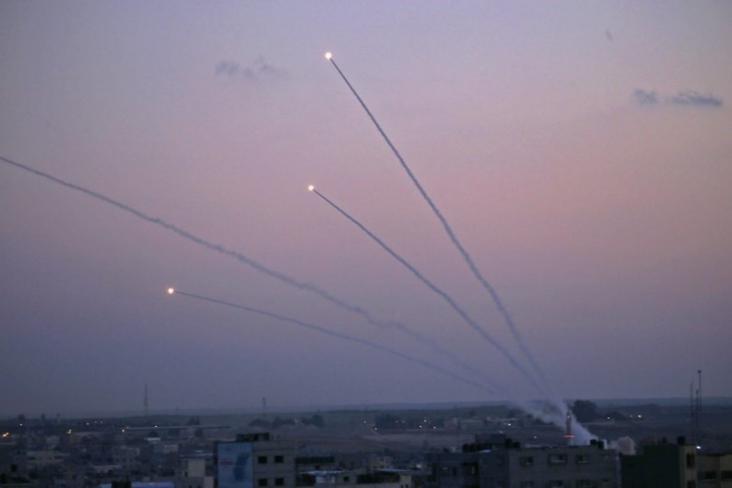 الإعلام العبري: القبة الحديدية حاولت اعتراض صاروخين في سماء شاطئ عسقلان