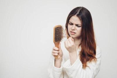 عادات خاطئة تؤدي لتساقط الشعر
