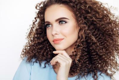 طرق طبيعية لفرد الشعر المجعد.. جربيها