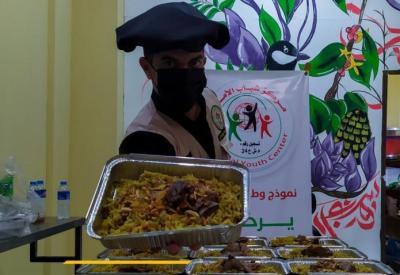 تكية شباب الأمة تستمر في تقديم وجبات الطعام للأسر المتعففة