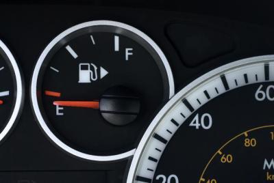 احذر 6 سلوكيات خاطئة تستنزف وقود سيارتك