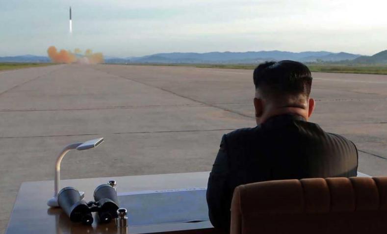 زعيم كوريا الشمالية يتابع عملية إطلاق صاروخ - أرشيف