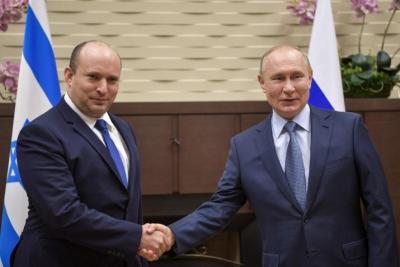 شاهد.. بينيت ينسى مصافحة بوتين خلال لقائهما في روسيا