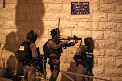 الاحتلال يعتدي على عائلة في جبل المكبر وتعتقل 5 من أفرادها