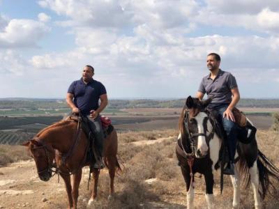السفير البحريني في تل أبيب يمتطي الجواد برفقة مسؤولين إسرائيليين (صور)