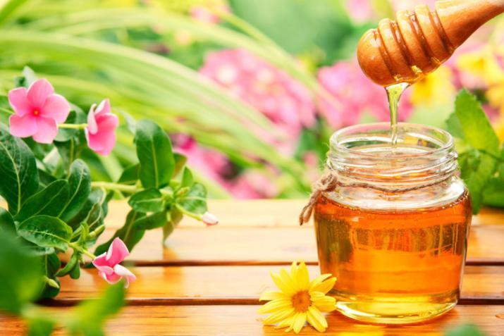 منها فقدان الوزن .. فوائد تناول العسل والماء الدافئ