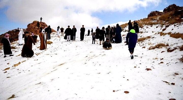 طقس اليوم انخفاض درجات الحرارة وتساقط الثلوج على جبل اللوز