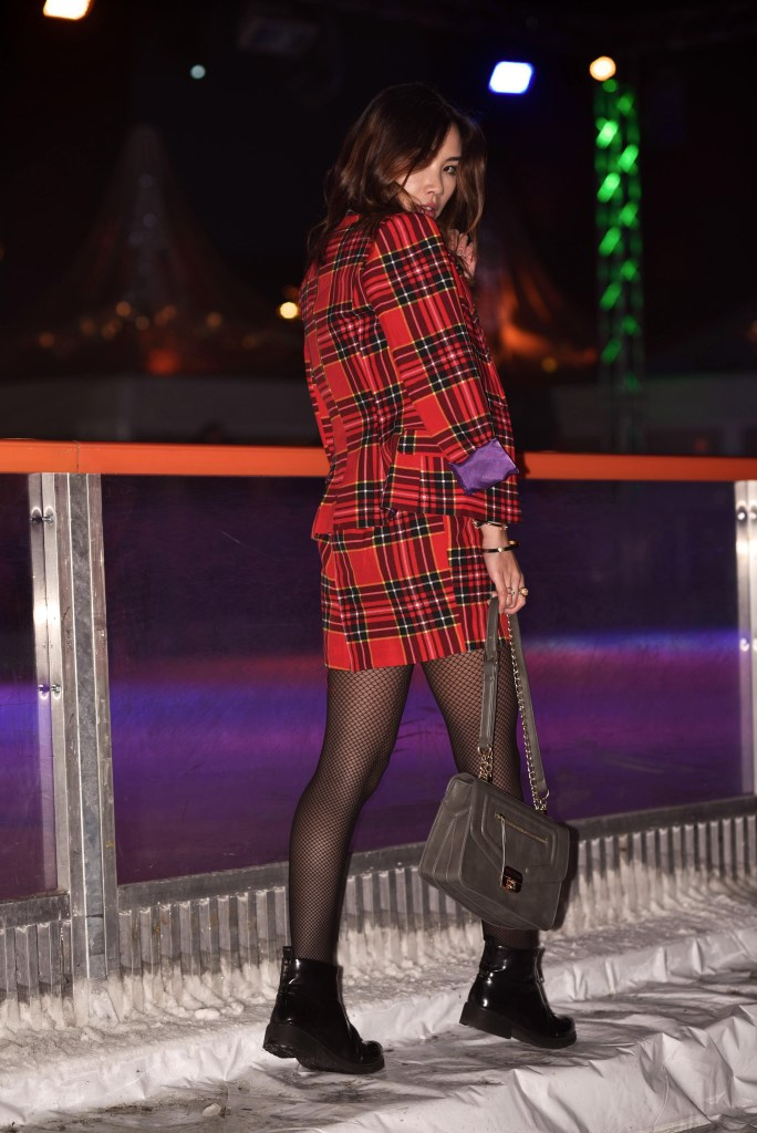 06-christmas-outfit-red-lumberjack-lumberjackie-festive-girl-fashion-hamburg-harbor-city-christmas-market