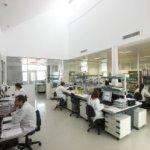 Técnicos de Neuron Biopharma trabajan en uno de los laboratorios de la empresa en el PTS. :: IDEAL