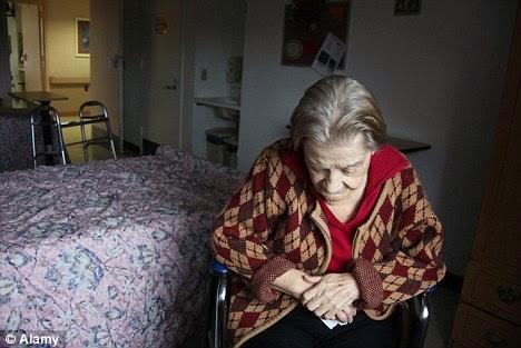 El distanciamiento del enfermo de Alzheimer en las primeras fases obedece a su percepción de déficits, los cuales comienzan a ser visibles en situaciones de intercambio social.