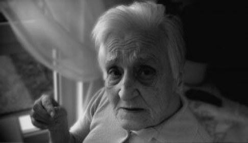 Carfología una de los sintomas psicológicos y conductuales de las demencias (SPCD). Poco frecuente pero vinculada al padecimiento de delirio.