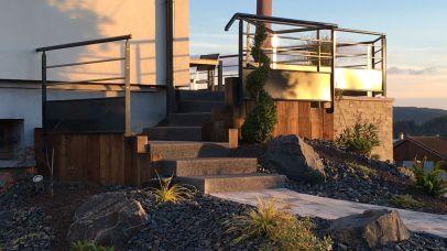 Terrasse et escalier avec garde-corps métal