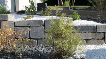 Muret en blocs bi-muro gris ardoise et massif arbustif, Epinal