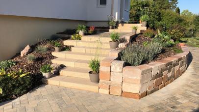Escalier blocs de marche, muret et allée en pavés