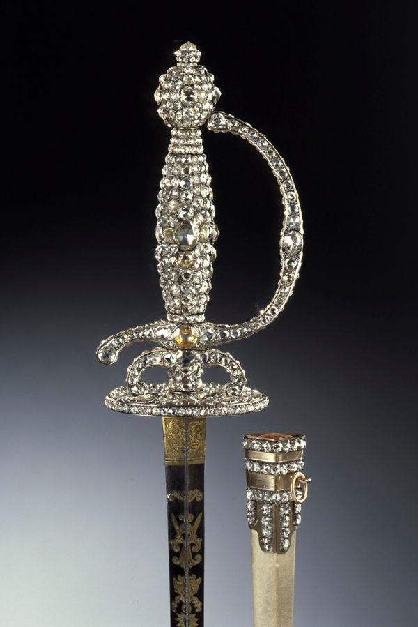 一把鑲滿鑽石的重劍和劍鞘。