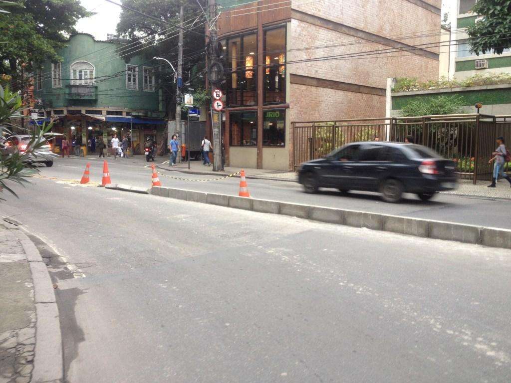 Mureta de separação de pistas na Marquês de São Vicente, em frente à Rua das Acácias.