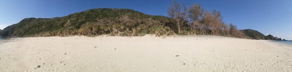 海側から見た徳浜の砂浜 まんなかに階段が見える部分が砂がえぐられて段差になったところ