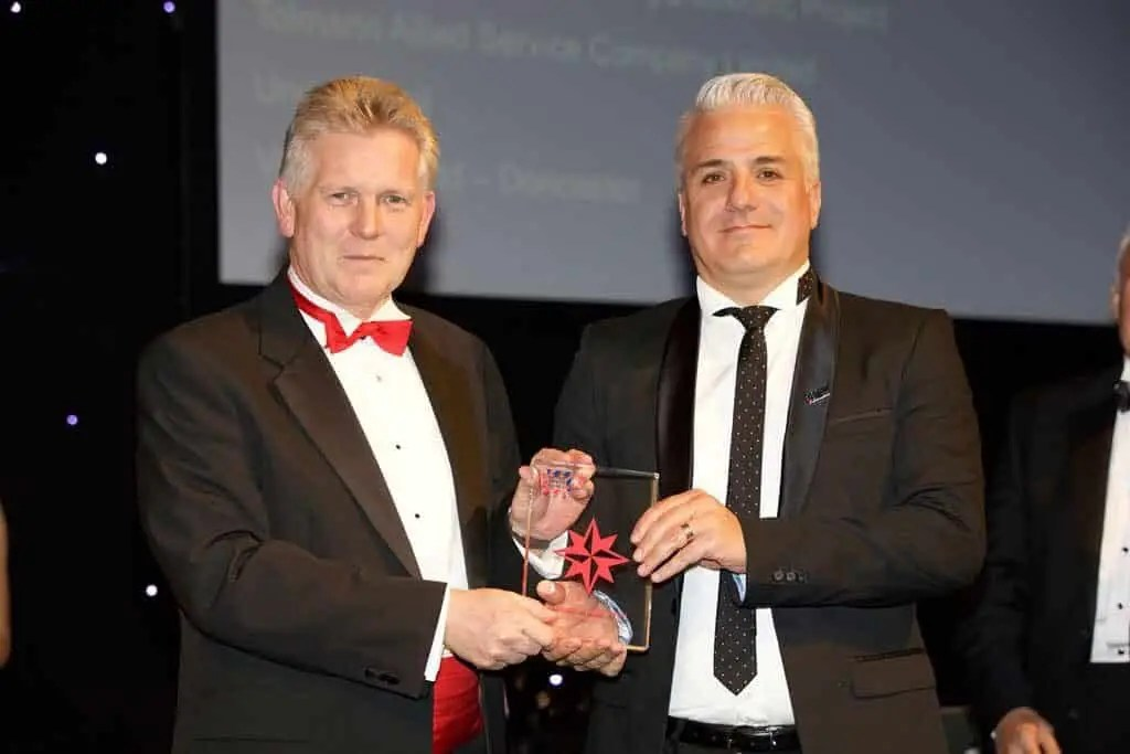 Richard Abboud (Regional General Manager), right, receiving the distinction level 2017 International Safety Award on behalf of Amana.