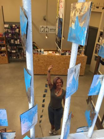 Mireia, ayudando a decorar las ventanas de amantis Gràcia FMGracia2016