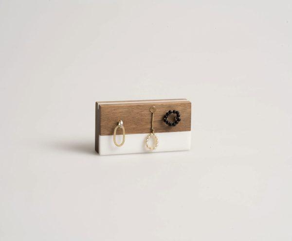 Broche. bodegón. Carmen Amador. Madera de cedro Joyería Barcelona. Diseño. perlas. oro