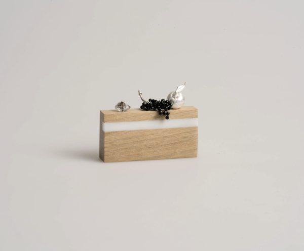 Broche. Madera de roble, plata, coral reconstituido, ónix, cristal de roca, bronce. Carmen Amador. Amaranto joies. Joyería Barcelona. Diseño