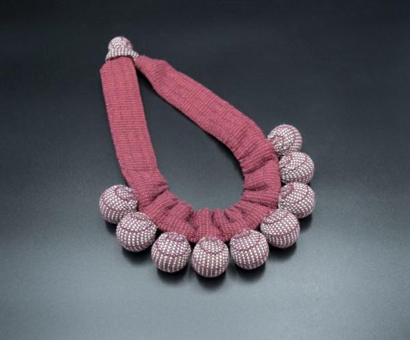 Vianney Méndez. Collar tejido en telar de pedal fibras rojas. Silvina. Artesanía textil